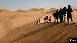 گردشگران در کویر مرنجاب