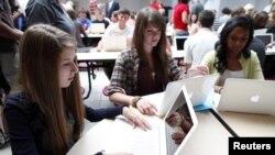 Los jóvenes consideran que las redes sociales ayudan a reforzar los lazos de amistad.