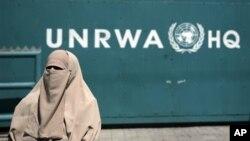 Uma palestiniana participantes numa manifestação contra o corte de financiamento à UNRWA.