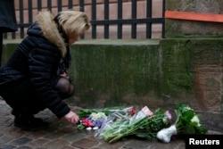 一位妇女在哥本哈根出事地点燃蜡烛