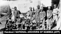 Cette photo d'archive non datée prise pendant la guerre de 1904-1908 de l'Allemagne contre Herero et Nama en Namibie montre un soldat (R) appartenant probablement aux troupes allemandes supervisant les prisonniers de guerre namibiens. - Le 28 mai 2021, l'