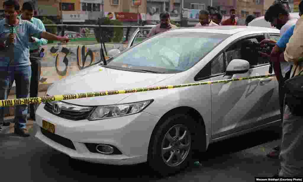 فائرنگ کا نشانہ بننے والی امجد صابری کی گاڑی جائے وقوعہ پر کھڑی ہے