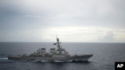 美軍海軍DDG-73迪凱特號導彈驅逐艦在南中國海航行資料照。