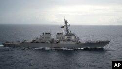 Khu trục hạm có tên lửa dẫn đường USS Decatur của Mỹ trên Biển Đông hồi tháng 10/2016. Tháng trước, tàu khu trục này bị một tàu chiến của Trung Quốc áp sát và xua đuổi khỏi đường đi.