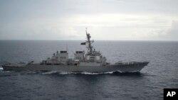 美军海军DDG-73迪凯特号导弹驱逐舰在南中国海航行 (2016年10月13日)