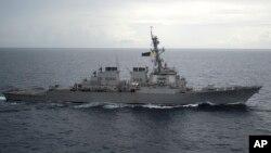 Tàu khu trục USS Decatur có tên lửa dẫn đường của hải quân Mỹ trong một hoạt động tự do hàng hải trên Biển Đông. Tàu chiến này đã từng bị tàu Trung Quốc xuýt đâm vào hồi tháng 9.