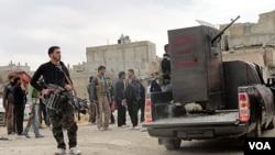 Para anggota pasukan pemberontak Suriah memutuskan mundur dari kubu pertahanan di Homs.