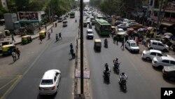 Hanya beberapa kendaraan terlihat melintasi jalanan Mehrauli Badarpur di New Delhi, India (15/4).