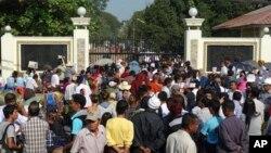 31일 버마 정부가 정치범 전원 사면을 발표한 가운데, 양곤 인세인 교도소 앞에 정치범들의 출소를 축하하려는 인파가 모였다.