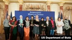 美国副国务卿希金博特姆(左一)与2015年国际妇女勇气奖获奖者(图片来源:美国国务院)