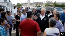 Presiden AS Donald Trump dan Gubernur Puerto Rico Ricardo Rosselló berbicara dengan warga di Guaynabo, Puerto Rico pasca badai Maria dalam kunjungan hari Selasa (3/10).