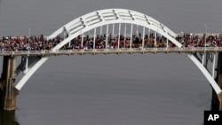 រូបភាពបង្ហាញពីការដង្ហែក្បួនឆ្លងកាត់ស្ពាន Edmund Pettus Bridge កាលពីថ្ងៃទី០៨ ខែមិនា ឆ្នាំ២០១៥ នៅក្រុង Selma រដ្ឋAlabama។