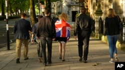 Những người bỏ phiếu rời EU đi trên một tuyến phố ở London hôm 24/6.