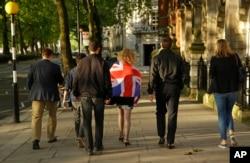 在公投的一天后,支持脱离欧盟的人走在伦敦街道上(2016年6月24日)