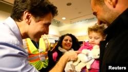 Primeiro-ministro Justin Trudeau cumprimentando os refugiados