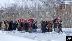 村民抬著雪崩遇難者遺體