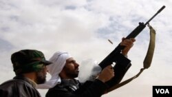 Para wartawan asing melaporkan suara tembakan terdengar di Tripoli, Minggu dini hari.
