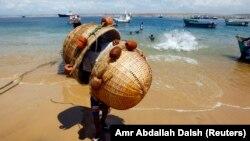 Pescadores na Baía Farta, saindo do mar.