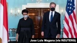 Menlu AS Antony Blinken dan Menlu Retno Marsudi berjalan menemui awak media usai pertemuan bilateral di Departemen Luar Negeri di Washington, AS, 3 Agustus 2021. (Foto: Jose Luis Magana via REUTERS)