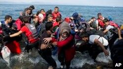 Migran Suriah tiba di Pulau Lesbos, Yunani bulan ini (foto: dok). Lebih dari 380 ribu pengungsi Timur Tengah dan Afrika memasuki Eropa lewat Yunani.