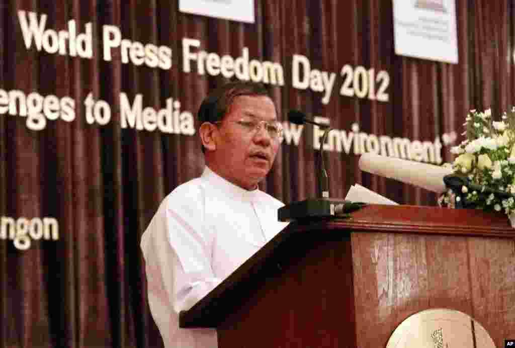Naibu waziri wa habari wa Burma Soe Win akitoa hutuba kuadhimisha siku ya waandishi habari. Rangoon, Burma, May 3, 2012.