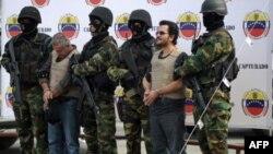 Binh sĩ Venezuela áp giải trùm buôn lậu ma túy Maximiliano Bonilla Orozco (phải) và Gildardo de Jesús García Cardona, ở Caracas hôm 15/12/11, trước khi dẫn độ sang Mỹ