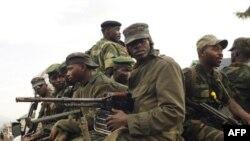 지난해 7월 콩코 부나가나에서 이동 중인 M23 반군 병사들. 미국은 르완다가 이들을 지원하기 위해 소년병을 동원했다며 제재를 단행했다.