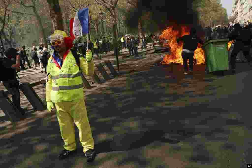 جلیقه زردها در فرانسه بار دیگر در اعتراض به سیاست های اقتصادی امانوئل ماکرون در پاریس تظاهرات کردند.