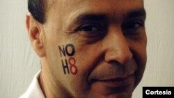 El congresista demócrata, Luis Gutiérrez, también se unió a la campaña NoH8, de California.