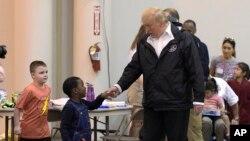 El presidente Donald Trump se reunió con afectados por el huracán Harvey durante una visita a Houston, Texas, el sábado, 2 de septiembre, de 2017.