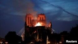 Hasta el momento se desconocen las causas del incendio que destruyó parte de la emblemática catedral en París.
