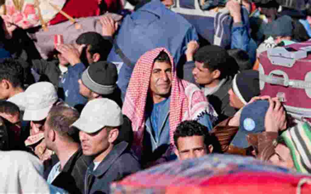 Refugiados egipcios, tunecinos y libios en Ras Ajdir, la frontera entre Túnez y Libia.