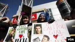 """Jóvenes acamparon por días en las afueras del Teatro Nokia de Los Ángeles para ganarse un boleto al estreno mundial de los """"Juegos del Hambre""""."""