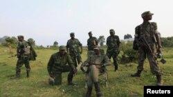 Para anggota pemberontak M23 di kota Bunagana, Republik Demokratik Congo atau DRC dekat perbatasan Uganda (foto: dok).
