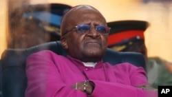Mantan uskup agung Afrika Selatan Desmond Tutu menunggu giliran berbicara dalam upacara penghormatan untuk mantan presiden Nelson Mandela di Soweto (10/12). (AP/Matt Dunham)