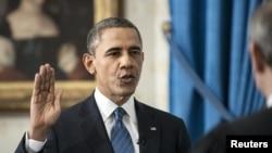 20일 백악관에서 존 로버트 미국 대법원장이 지켜보는 가운데 취임 선서를 하는 바락 오바마 미국 대통령. 공개 취임식은 21일 국회의사당에서 열린다.