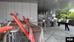 香港爭取民主的示威者同意拆除阻塞政府總部附近的部分路障。(照片來源: 香港蘋果日報網站)