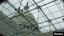 2013年9月27日华盛顿国会山访问中心玻璃天顶中见到的国会大厦圆顶