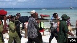 Para petugas penyelamat membawa para korban yang selamat ke rumah sakit di Zanzibar (10/9).