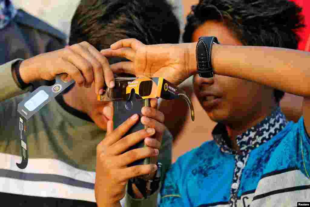 جنوبی بھارت کی ریاست کیرالا میں دو بچوں نے سورج گرہن کا نظارہ اپنے موبائل کے ذریعے کیا۔