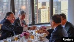 """김영철 북한 노동당 부위원장과 마이크 폼페오 미국 국무장관이 미국 뉴욕에서 만찬을 가지며 건배하고 있다. 폼페오 장관은 김영철 부위원장과의 회담을 마치고 가진 기자회견에서 """"지난 72시간 동안 (미-북 협상에) 큰 진전이 이뤄졌다""""면서도 아직 많은 일이 남아 있다고 밝혔다."""