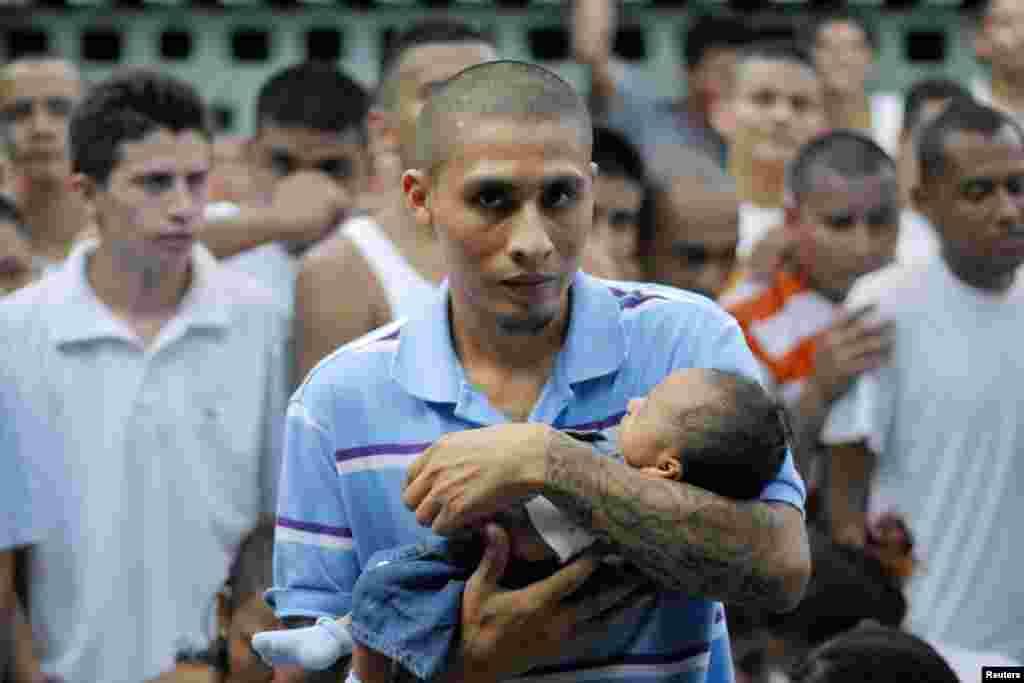Un pandillero recluso carga a su hijo en el penal de Quezaltepeque. Las escuelas fueron declaradas zonas de paz y los pandilleros se comprometieron a no seguir reclutando niños.