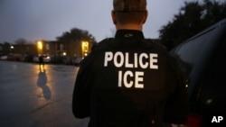 El Servicio de Inmigración y Aduanas de EE.UU. (ICE) dice que no habrá tolerancia para los funcionarios que abusan de sus cargos.