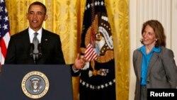 El presidente Obama junto a Sylvia Mathews Burwell cuando anunció su nominación.
