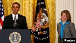 Sylvia Mathews Burwel berdiri di samping Presiden Obama ketika ia dinominasikan sebagai direktur anggaran Gedung Putih (4/3/2014)