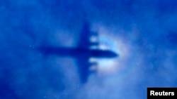 La silueta de un avión P3 Orion de la Fuerza Aérea Neozelandesa cruza nubes bajas durante la búsqueda del vuelo 370 de Malaysian Airlines.