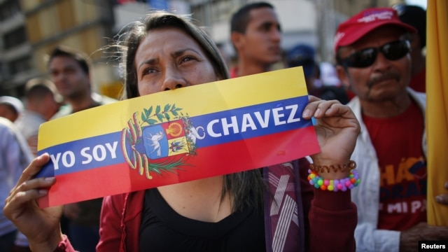 Pendukung Presiden Hugo Chavez menghadiri perayaan pelantikan Presiden Venezuela di luar Istana Miraflores di Caracas (10/1).