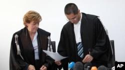 Судья Марко Билли и помощник Патриция Криполи зачитывают приговор в зале суда города Аквила, Италия. 22 октября 2012 года