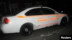 Un automóvil de la policía de St. Louis muestra los daños luego de ser tiroteado por desconocidos en Jennings, Missouri, a 5 kilómetros de Ferguson.