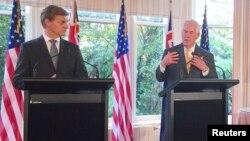 렉스 틸러슨 미 국무장관(오른쪽)이 6일 빌 잉글리시 뉴질랜드 총리와 가진 공동 기자회견에서 발언하고 있다.